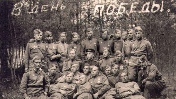 Студент-фронтовик ТГУ с товарищами, 9 мая 1945 года