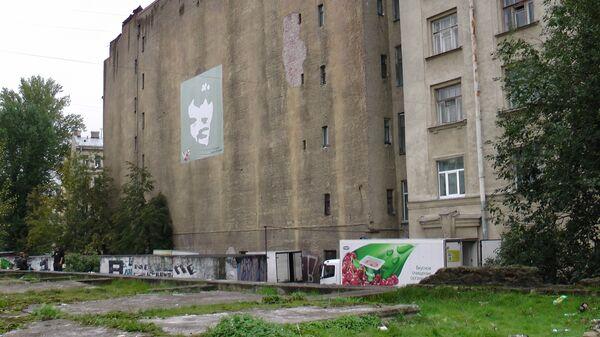 Виды безымянного сквера на Петроградской стороне, получившего имя Виктора Цоя