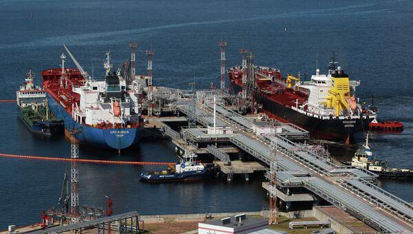 Заливка нефтепродуктов в танкеры. Архивное фото