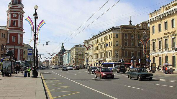 Автомобили на Невском проспекте в Петербурге
