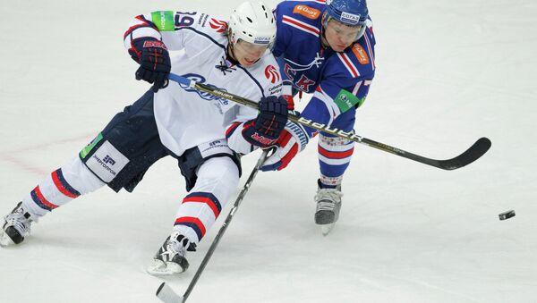 Игрок Сибири Степан Санников (слева)