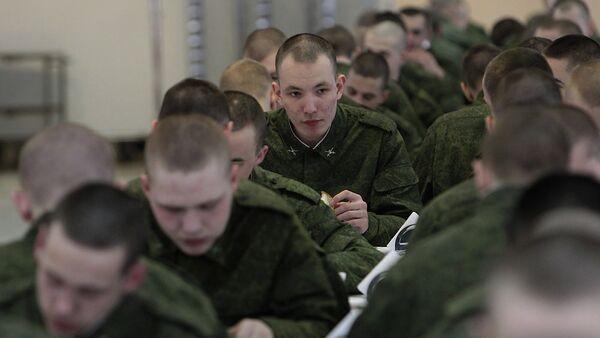 Солдаты в армейской столовой