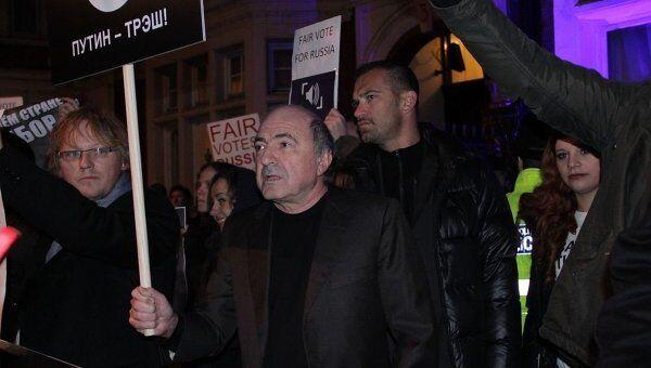Олигарх Борис Березовский у здания посольства РФ в Лондоне на митинге против итогов выборов в Госдуму, 9 декабря 2011 года