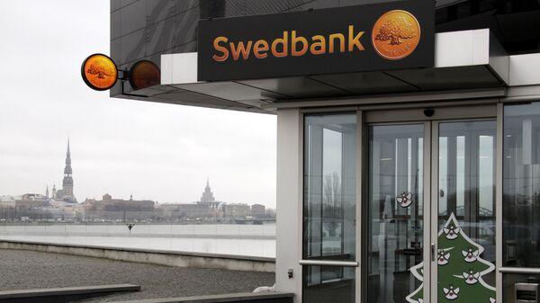 Вкладчики Swedbank активно снимают деньги из банкоматов