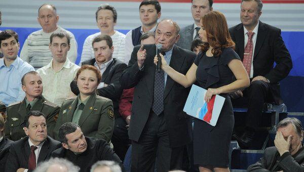 Военный обозреватель Комсомольской правды Виктор Баранец задает вопрос председателю правительства РФ Владимиру Путину