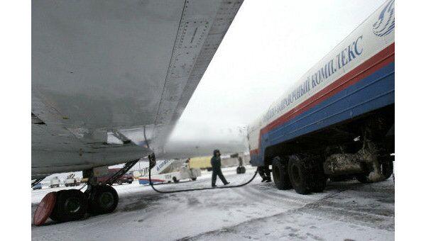 Заправка самолета топливом в аэропорту. Архив
