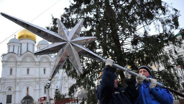 Украшение новогодней ели на Соборной площади Кремля