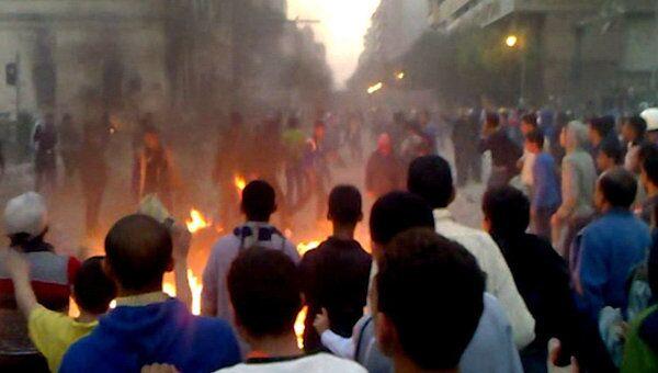 Демонстранты снова забрасывают полицейских камнями в центре Каира