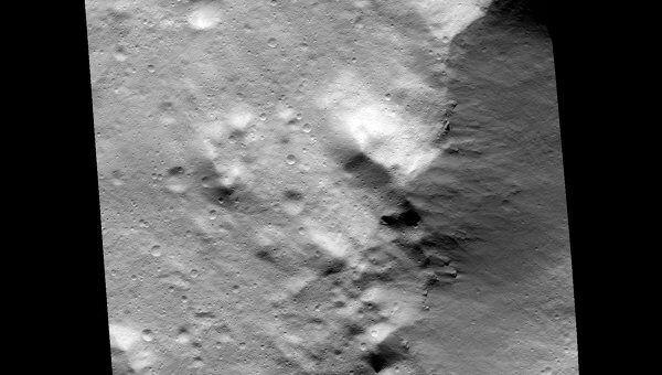 Снимки, полученные американским зондом Dawn на низкой орбите у астероида Веста