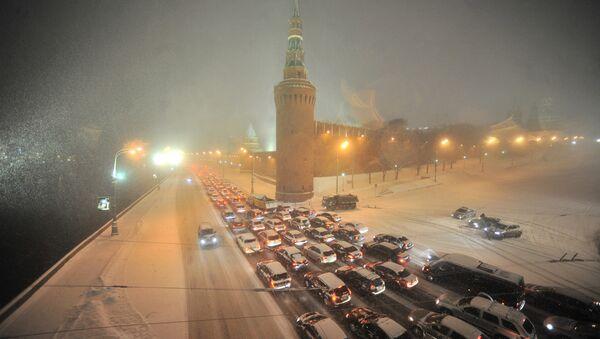 Автомобили стоят в пробке на Кремлевской набережной