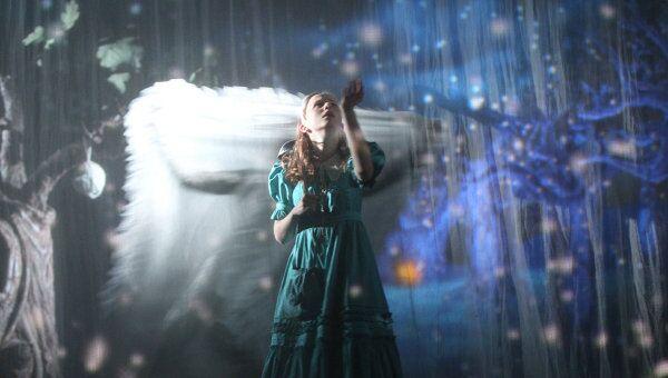 Сцена из спектакля Алиса в Зазеркалье в постановке Ивана Поповски в театре Мастерская Петра Фоменко.