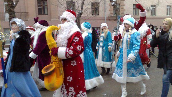 Новогодние персонажи прошли парадом по центру Волгограда