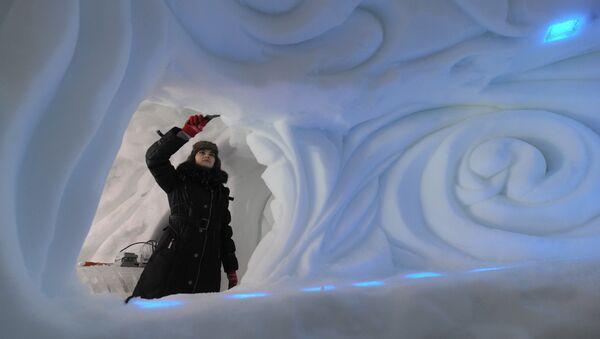 Строительство снежного города в Сокольниках. Архивное фото