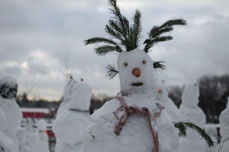 Десятки снеговиков встречают гостей Парка Горького в Москве