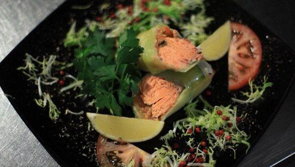 Рулет из семги, лука порея и томатов. Видеорецепт