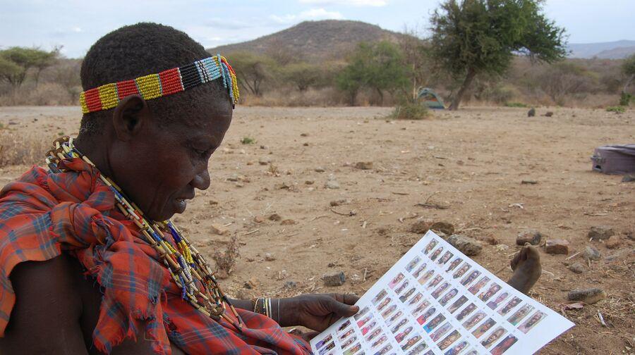 Женщина из племени хадза отвечает на вопросы антропологов