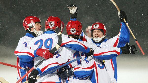 Хоккеисты сборной России по хоккею с мячом