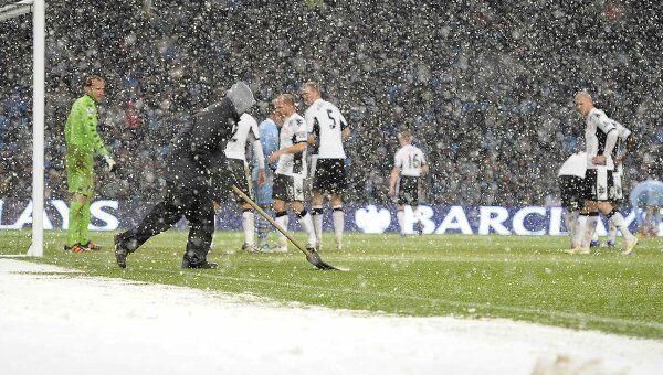Игроки Манчестер Сити и Фулхэма ожидают расчистки снега