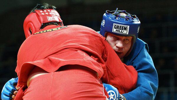 Федор Емельяненко (справа) в поединке против Ахмадшайха Гелегаева