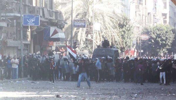 Демонстранты забрасывают полицейских камнями у здания МВД в Каире