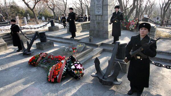 Почетный караул военных моряков у памятника погибшим нижним чинам крейсера Варяг. Архивное фото во Владивостоке