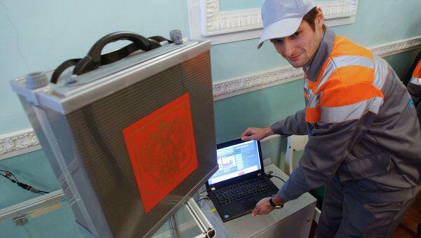 Установка программно-аппаратного комплекса на избирательном участке 0029 в Санкт-Петербурге. Архив