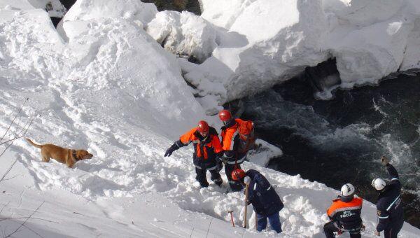 Спасатели МЧС работают после схода лавины. Архив