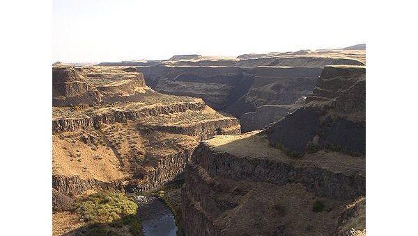 Характерные ступеньки, возникшие в результате лавого потопа в долине реки  Снейк (штат Орегон) примерно 14-17 миллионов лет назад