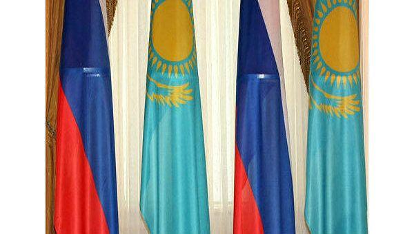 Флаги России и Казахстана. Архивное фото