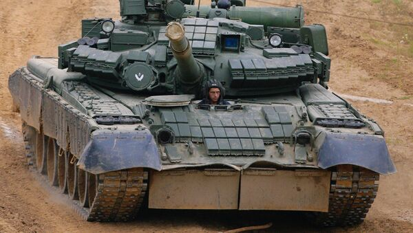 Танк Т-80 на марше. Архивное фото