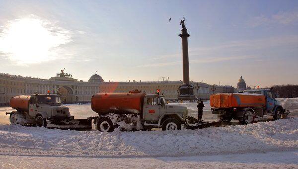 Уборка снега на Дворцовой площади. Архив