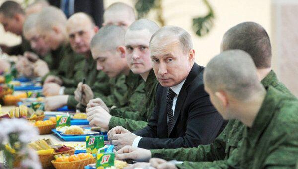 Путин съел солдатский пирожок и проверил спальни срочников