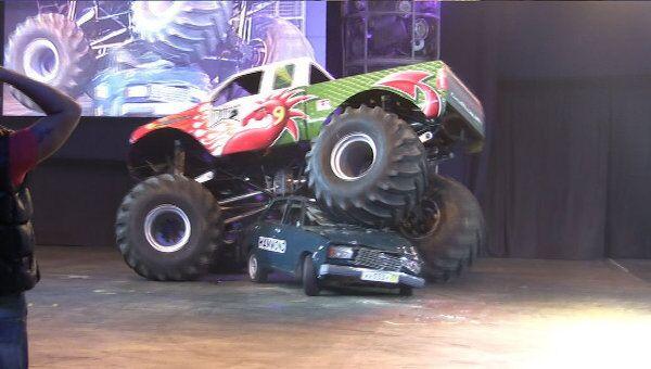 Бигфут раздавил семерку во время шоу Top Gear Live в Москве