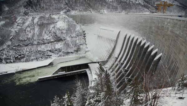 Из-за тридцатиградусных морозов часть плотины Саяно-Шушенской ГЭС покрылась льдом.