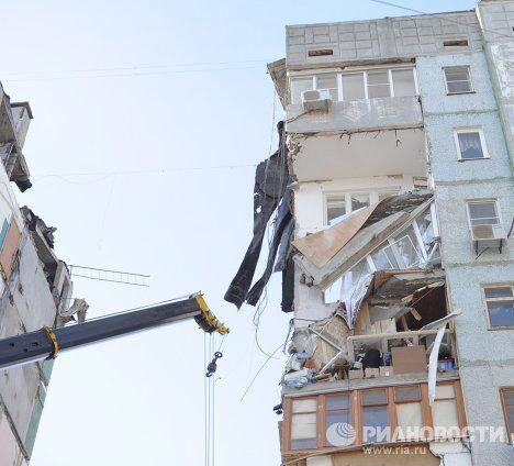 Работы на месте обрушевшегося подъезда жилого дома в Астрахани