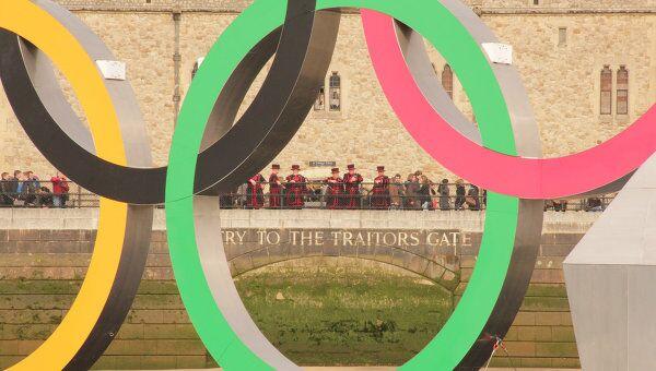 Олимпийские кольца на Темзе, архивное фото