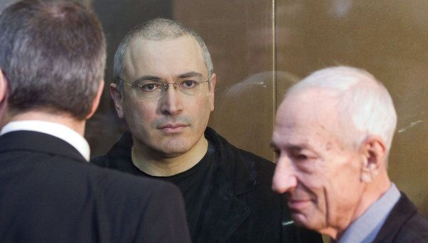 Экс-глава ЮКОСа Михаил Ходорковский и его адвокат Юрий Шмидт. Архив