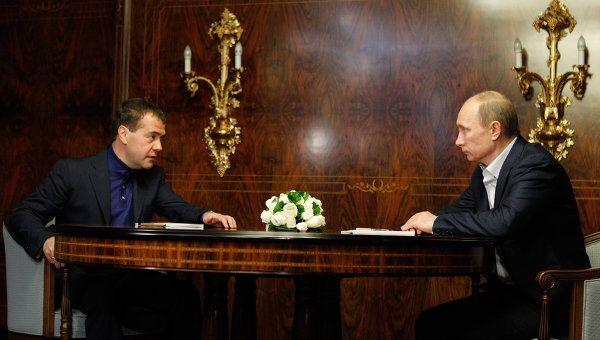 Встреча Д. Медведева и В. Путина. Архивное фото