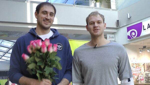Баскетболисты ЦСКА 8 марта дарили встречным девушкам розы