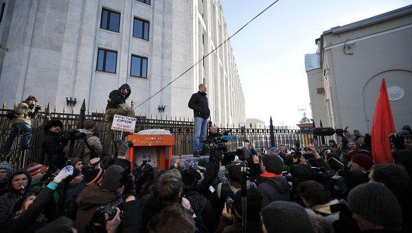 Сергей Удальцов со своими сторонниками после митинга на Новом Арбате направился в сторону кинотеатра Художественный