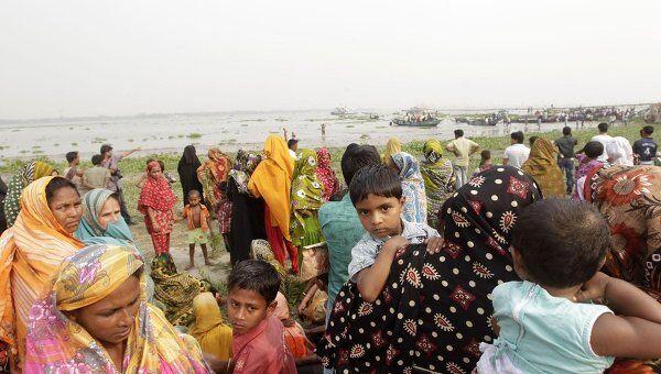 Люди ждут новостей о своих родственниках на месте крушения парома в Бангладеш