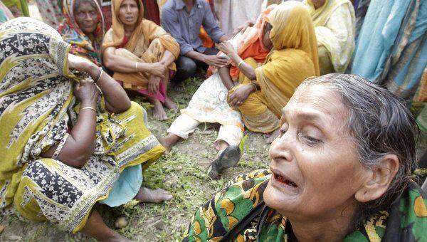 Родственники погибших на месте крушения парома в Бангладеш
