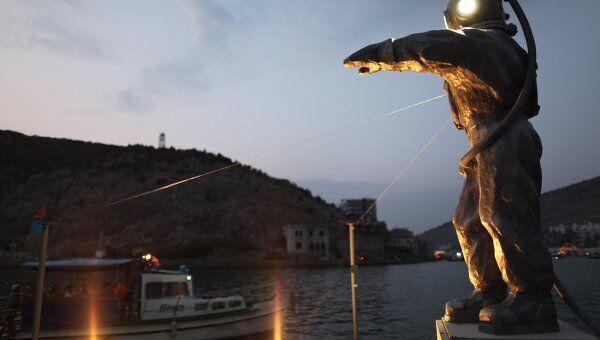 Скульптура Леонида Тишкова Водолаз-Маяк