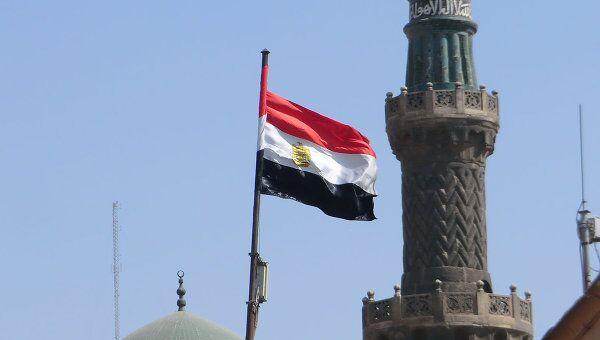 Флаг Египта на фоне мечетей. Архив
