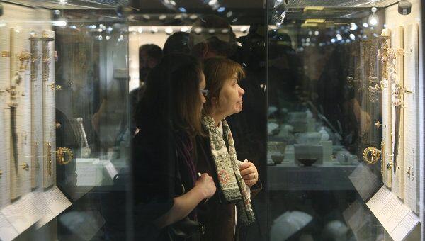 Посетительница на выставке. Архив