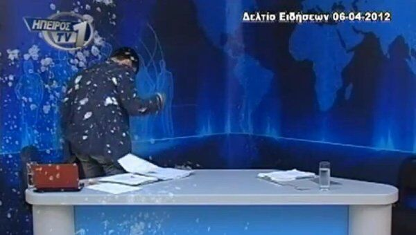 Телеведущего греческого канала TV1 Панайотиса Вурхаса забросали в прямом эфире яйцами и йогуртом