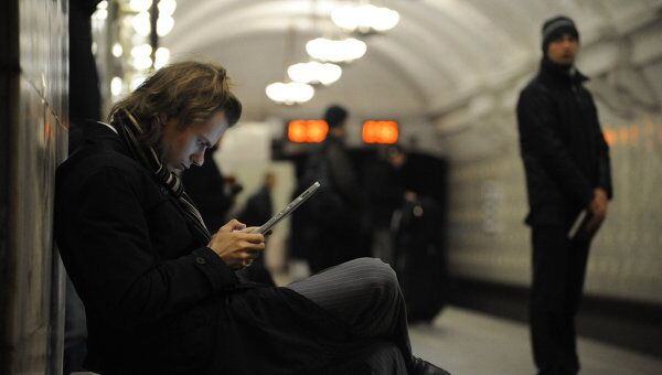 Пассажир пользуется планшетным компьютером в метро. Архивное фото