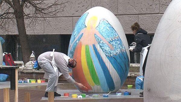 Гигантские пасхальные яйца расписали в Москве известные художники
