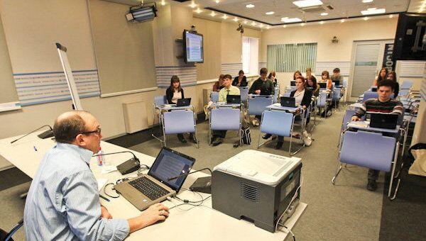 Анатолий Вербин читает лекцию молодым журналистам