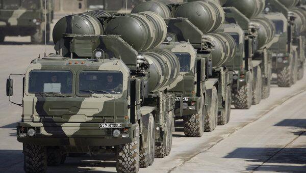Пусковые установки ЗРК С-400 в составе механизированной колонны. Архив